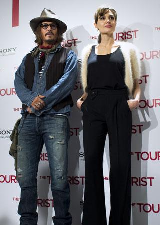 Angelina Jolie y Johnny Deep, gelidez entre ambos, en su llegada a Madrid