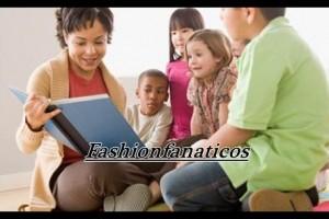 madre con sus hijos leyendo libros