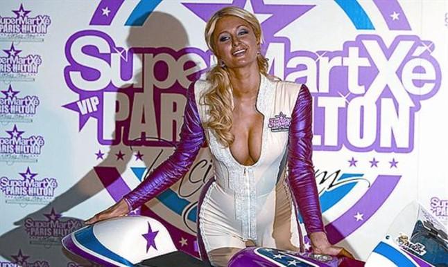 Paris Hilton madrina de un equipo de motos