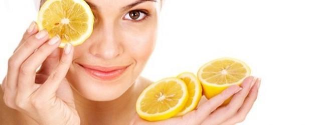 mujer con trozos de naranja en la cara para aprovechar vitamina c