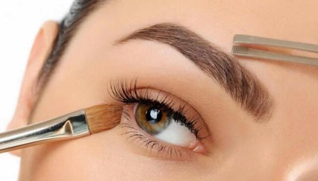 Cómo depilar y maquillar unas cejas por su posición con respecto a los ojos