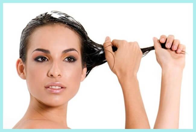 mujer aplicando acondicionador natural para el cabello