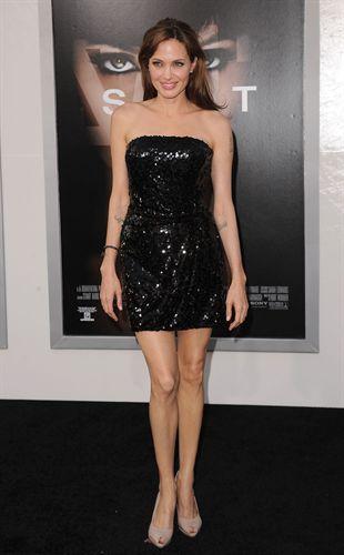 Cómo lucir un little black dress según Angelina Jolie