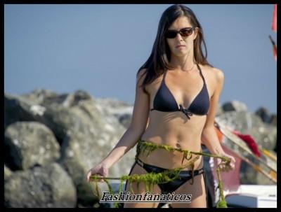 mujer en bikini disfrutando de las propiedades de las algas