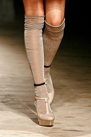 Sandalias con calcetines, la tendencia más atrevida del verano.