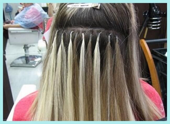mujer haciéndose extensiones de cabello