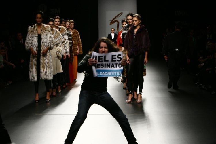 Protesta ecologista en el final de la Cibeles Madrid Fashion Week