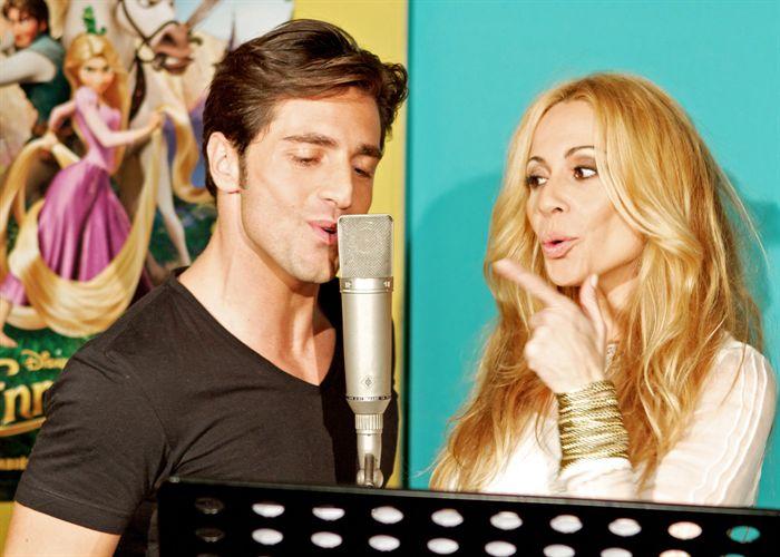 Marta Sánchez y Bustamante cantan 'Enredados'