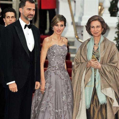 La Reina Sofía y la Princesa Letizia aparecen deslumbrantes en la cena previa al enlace real en Londres