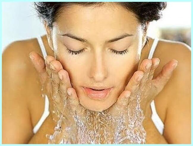 Mujer lavándose la cara para combatir el acné