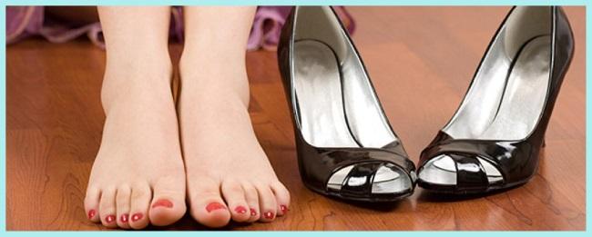 mujer descalza