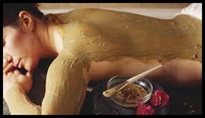 mujer tomando un masaje para aprovechar las propiedades de las algas