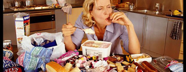 mujer comiendo mucho en entrada obesidad por la crisis