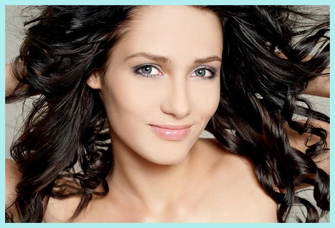 mujer con maquillaje según el color de piel, pelo y ojos