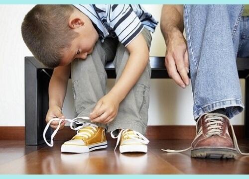 niño poniéndose su calzado